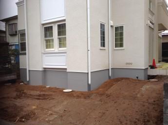 ベージュに白のアクセントの付いた洋風住宅。道から玄関まで少々勾配がありました。