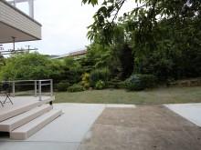 芝の庭を通って振り返ると緑豊かなお庭が眺められます