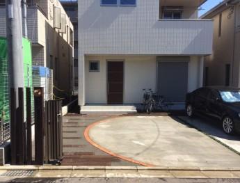 ゲートを開けると煉瓦のカーブと人工枕木のアプローチ