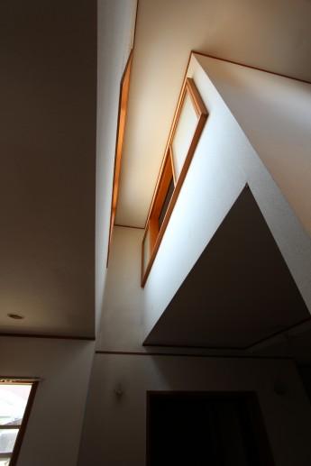 吹き抜けは部屋が明るくなるのですが、上部の掃除がしにくいのが難点です。