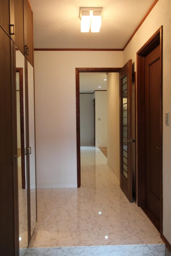玄関を大理石調フローリングに替えて、高級感のある玄関ホール。