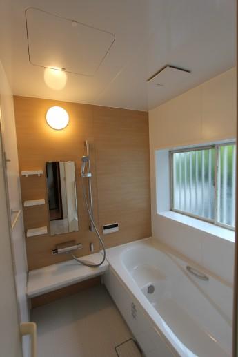 リクシルのキレイユ。半身浴も省エネも出来るエコベンチ浴槽を使用しました。