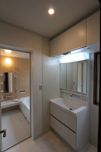 洗面所はリクシルのエルシィ。洗面器に継ぎ目が無いのでお掃除が簡単です