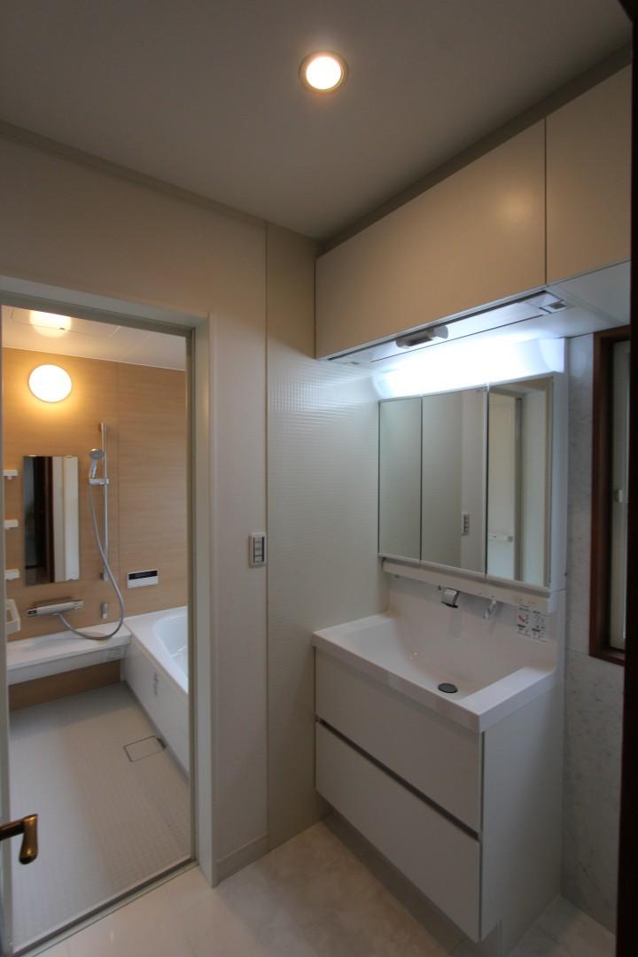 掃除のしやすさ、機能性を備えたスマートな洗面所、リクシルのエルシィです