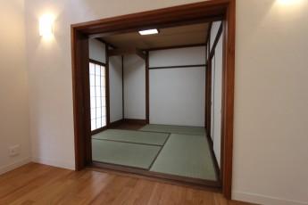 リビングに隣接した4畳半の和室。珪藻土を塗り、畳も張り替え、明るい和室になりました。