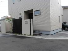 神奈川県秦野市 施工現場の玄関前のアップ 角地のオープン外構