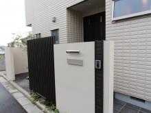 神奈川県秦野市 門袖から植栽方向に 玄関を隠す形に門袖設置