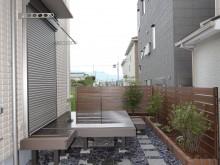 神奈川県秦野市 駐車場を奥へ行くとデッキとレンガの花壇 フェンスはマイティウッド