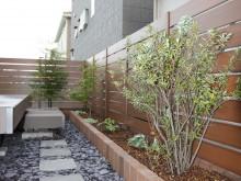 神奈川県秦野市 デッキ前の植栽スペースと自然石の飛び石