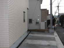神奈川県秦野市 門袖から駐車場へ行くとL字のパーキングスペース