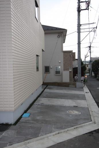 洗出しと刷毛引きを交互に施したオープンな駐車場 秦野市