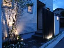 照明でライトアップされた門まわり 埋め込んだ照明にも注目!秦野市の外構施工例