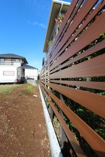 幅の違う木目調の横板を組み合わせてオリジナルの目隠しフェンスに