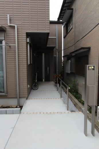 縦長のアプローチの上部にはオーバーハングがあるので駐輪場としても。
