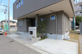 平塚市 スタイリッシュなオープン外構 門袖 駐車のしやすい駐車場