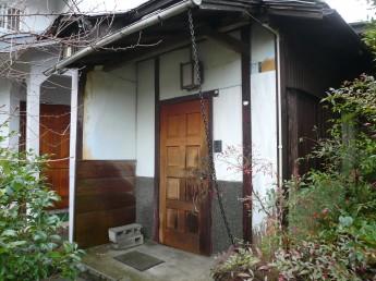 和風の玄関の改修工事 腰上は漆喰、腰下は板と石貼り