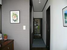 玄関の壁紙を一面だけ変えてアクセント
