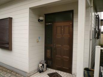 古い玄関ドアをリクシルのリシェントに交換します