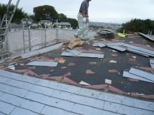 強風で屋根材が飛んだ為、カラーベストコロニアルを撤去し、葺き替えます