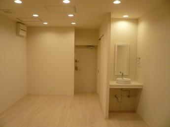 白を基調にした内装にしました。壁も床(フローリング)も白です。