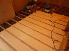 床材の下に断熱材を入れています。