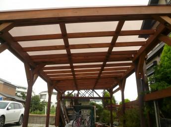 木製カーポート。柱は木製、屋根はポリカ板を使用しています。