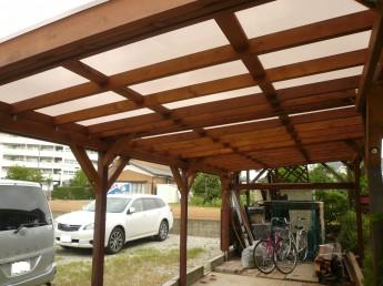 木製カーポート。屋根はポリカ板