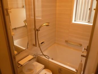 収納や手摺りが付いてすっきりした浴室に