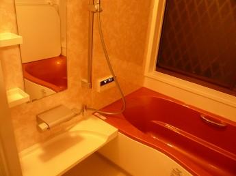 システムバス、アライズにリフォーム オレンジの浴槽が浴室のアクセント