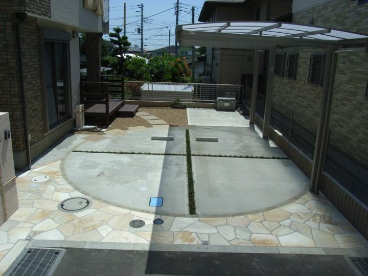 円の描かれた駐車場 スリットにはクロスライン。