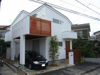 ビルトインガレージの住宅デザインに合わせた目隠しフェンス