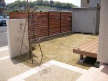 ウッドフェンスとウッドデッキのあるお庭。芝張りの空間がウッドともマッチします
