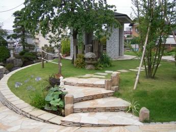 東屋へと続く自然石のアプローチ