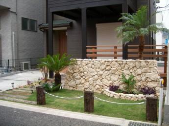 石積みの腰壁と風に揺れる南国風の植栽がリゾートテイストのお庭にマッチ