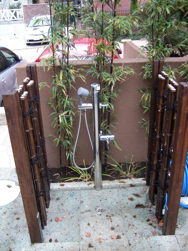 和の外構に2口の立水栓 石の水受けに竹で囲い