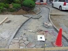 アプローチ 石貼り後コンクリートを流し込みます
