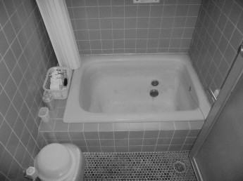 在来工法で作られた浴室、タイルが割れていて少し危険でした。