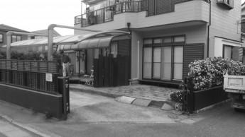 施工前は駐車場に段差があり庭と駐車スペースが分かれていました