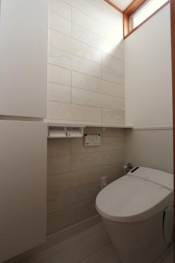 タンクレストイレに背面をキッチンパネルにしたりと、工夫を凝らしたトイレ空間