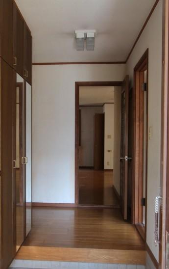 リフォーム前の玄関ホール。木を加工したフローリングの玄関ホールでした。