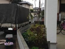 ガレージの柱が目隠し変わりになっているので、高いフェンスなどを設けなくてもブロック塀で十分な高さです。