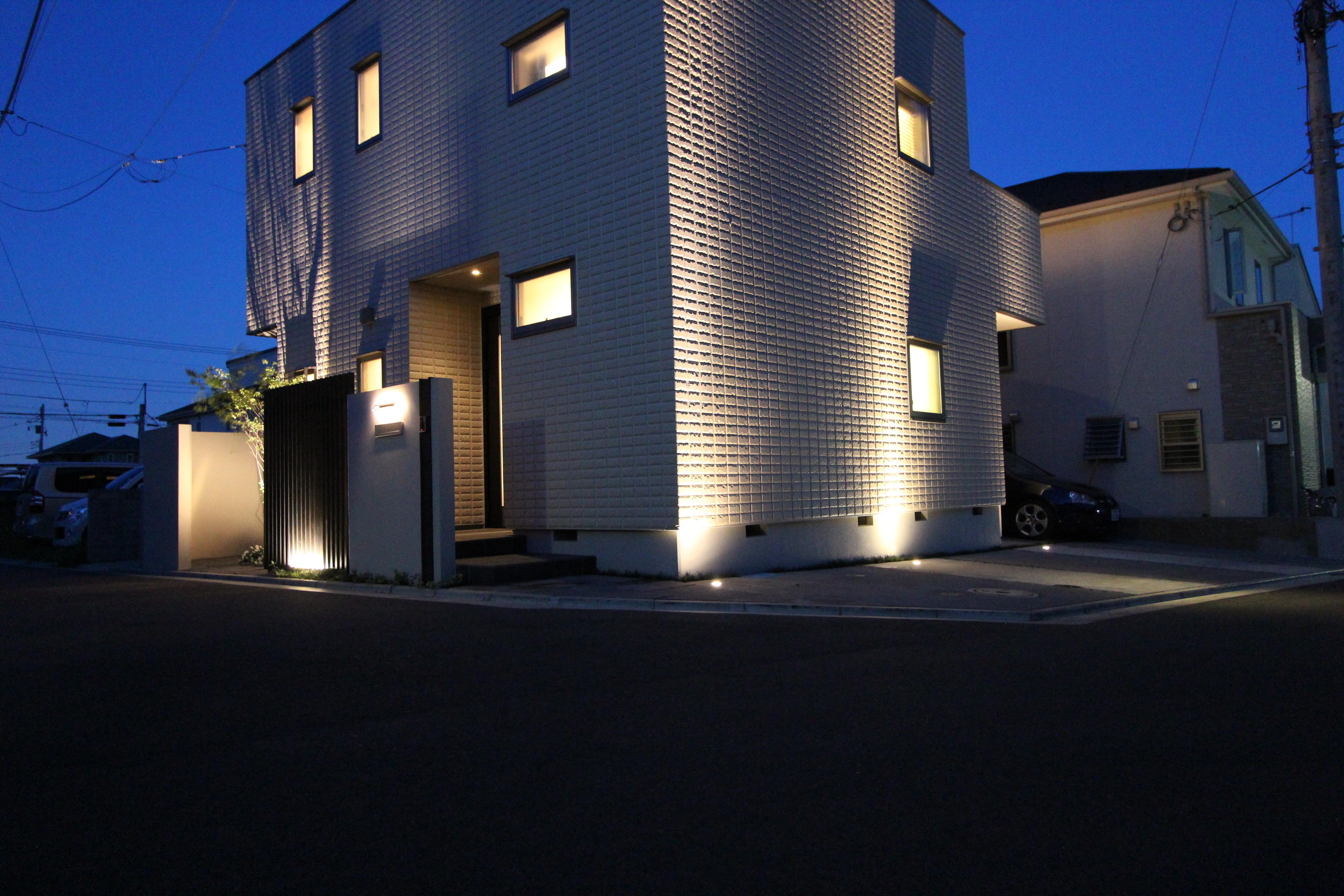 埋め込みライトとスポットライトで建物に影を映して。 秦野市